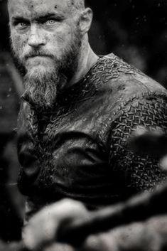Découvrez la véritable histoire du peuple scandinave et plus particulièrement de l'un de ses rois légendaires : Ragnar Lodbrok. Vikings Travis Fimmel, Travis Vikings, Vikings Game, Vikings Tv Series, Vikings Tv Show, Ragnar Lothbrok Vikings, Ragnar Lothbrook, Viking Life, Viking Warrior