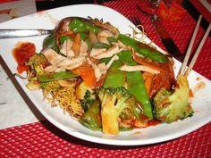 Shop suey au poulet et aux légumes avec des nouilles chinoises