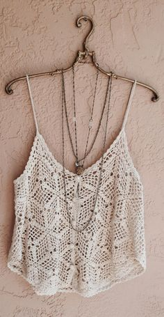 Lots of gorgeous crochet tops. (Free chart instructions). Wow!