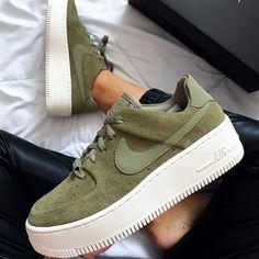 new product 95d12 0c7ac Des Nike Air Force 1 + du vert kaki   forcément un coup de cœur d automne !  Baskets Nike Air Force 1 Suede, disponibles sur RunBabyRun    Click to Shop.