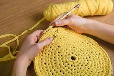 Le crochet s'invite dans votre intérieur avec ce panier de rangement pop et tendance.