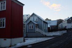La « vieille ville » se trouve en bas du centre ville, vers le port. Elle s'appelle Grjotaþorpið. Vous y trouverez des ruelles pavées avec des maisons en bois de toutes les couleurs. Il est très agréable de s'y promener