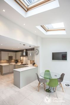 Single-storey kitchen extension from L&E (Lofts and Extensions) in Teddington - . Small Open Plan Kitchens, Open Plan Kitchen Dining Living, Open Plan Kitchen Diner, Small Dining, Kitchen Family Rooms, Living Room Kitchen, New Kitchen, Dining Room, Dining Area