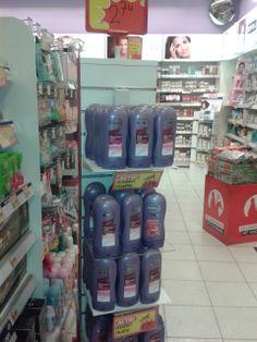 De shampooflessen zijn opgestapeld in een soort piramide. Omdat het allemaal hetzelfde soort product is, is het wat eentonig om naar te kijken. Toch valt de toren goed op tussen de schappen.
