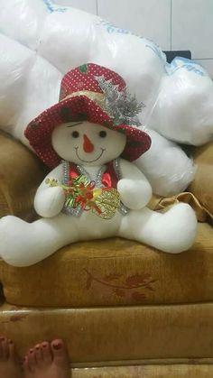 Felt Christmas Decorations, Christmas Wreaths, Christmas Crafts, Christmas Ornaments, Holiday Decor, Homemade Crafts, Christmas Holidays, Snowman, Dolls