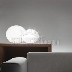 Leucos Sphera lampada da appoggio disponibile in due misure, con diffusore in vetro soffiato satinato bianco. Struttura in metallo cromato.