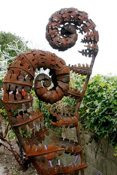 Garden art: Unferling Ferns - from steel, copper, glass and stone, to found and recycled objects are used . Sculpture Metal, Outdoor Sculpture, Outdoor Art, Garden Sculptures, In Natura, Steel Art, Scrap Metal Art, Metal Flowers, Environmental Art