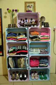 Ideas para organizar tu ropa tips para organizar tu closet cajas de madera pintadas de colores pastel usadas como armario Pallet Furniture, Furniture Making, Furniture Ideas, Minimalist Closet, Ideas Para Organizar, Wooden Crates, Wine Crates, Home Organization, Diy Home Decor