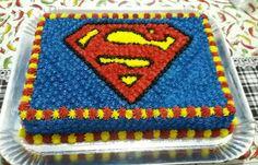 Bolo decorado com chantilly tema Superman