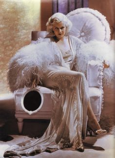Jean Harlow giving us a bit of her boudoir glamour. Hollywood Vintage, Old Hollywood Glamour, Vintage Glamour, Vintage Beauty, Classic Hollywood, Vintage Fashion, 1920s Glamour, Hollywood Glamour Photography, Hollywood Makeup