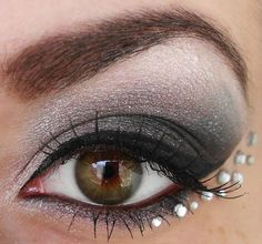 Spice up makeup with rhinestones for a glittering look - Eye make-up with eyeshadow, mascara and rhinestones on the lower edge of the eyelid - Mascara, Eyeliner, Jewel Makeup, New Year's Makeup, Gem Makeup, Beauty Makeup, Makeup Style, Beauty Nails, Makeup Eyeshadow