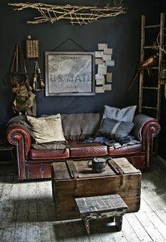 canapé en cuir Chesterfield, vieux coffre en bois en guise de table basse, j'aime l'ambiance.