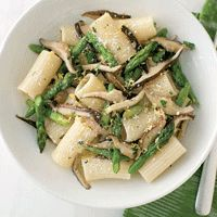 Asparagus and Mushroom Rigatoni by Joe Bastianich - Can easily substitute regular white mushrooms and penne pasta instead :) Rigatoni Recipes, Pasta Recipes, Cooking Recipes, I Love Food, Good Food, Yummy Food, Pasta Dishes, Food Dishes, Asparagus And Mushrooms