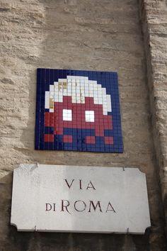 """E' arrivato a Ravenna lo street-artist """"Invader"""", che ha disseminato nella città culla del mosaico le sue opere, realizzate proprio utilizzando la tecnica del mosaico e che riproducono le forme del noto videogame """"Space Invaders"""". La città romagnola, in corsa per il"""