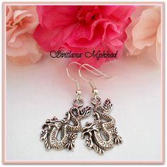 """Droles Boucles d'oreilles """"Dragon"""" . montées sur des supports a crochets. : Boucles d'oreille par perles-et-couronnes"""