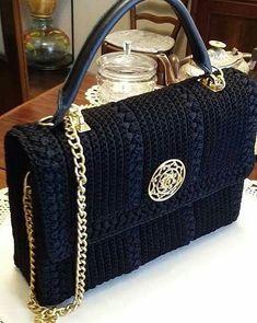 Patrón y costura : bolso a crochet tipo Channel diy.tema 132 (Needs translating) Crochet Diy, Crochet World, Crochet Crafts, Hand Crochet, Crochet Clutch, Crochet Handbags, Crochet Purses, Crochet Bags, Crochet Shell Stitch