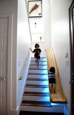 Schöne Wohnideen treppe-holzrutsche-beleuchtung-kinderspaß