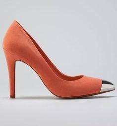 Añade un toque de color a los looks de fiesta con estos zapatos de invierno con puntera metálica en coral de Bershka (35,99 euros).