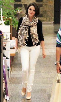 A atriz Isabelle Drummond apareceu no shopping com um look casual chique. A combinação calça branca com blusa preta de manga comprida ficou mais moderna com o cachecol animal print. Além de a roupa ser uma ótima opção para o inverno, a sapatilha também faz do visual mais confortável para o dia a dia.
