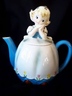 *RARE VTG LEFTON DUTCH GIRL TEAPOT COFFEE POT PITCHER. I could see young ladies using this for a tea party.