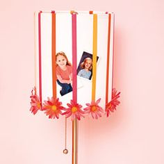 DIY: a cute flower lamp that hold pictures. For your little girl :)