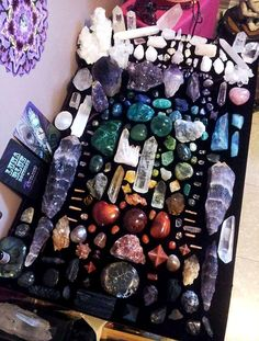 ♡~♡Rainbow Crystal Collection: this is an amazing display of energy an jus looking at it makes me feel great inside and out Crystal Magic, Crystal Grid, Crystal Healing, Quartz Crystal, Crystal Altar, Crystals And Gemstones, Stones And Crystals, Gem Stones, Cristal Art