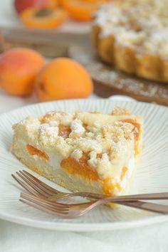 Eine sommerliche Aprikosentarte mit Skyr und Streuseln ist der perfekte Genuss an heißen Tagen und schmeckt - dank weniger Zucker - himmlisch leicht