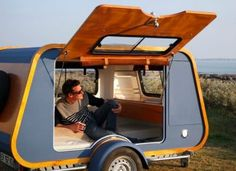 French company launches teardrop trailer with ingenious indoor-outdoor kitchen The French company Carapate has just launched a new retro teardrop trailer that weighs a mere – give or take – and is compact at with a Truck Camping, Camping Hacks, Camping Gear, Camping Outdoors, Backpacking Meals, Camping Hammock, Ultralight Backpacking, Diy Camping, Winter Camping