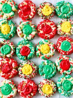 Thumbprint Cookies are so festive and fun to make, perfect for holiday baking! Thumbprint Cookies These thumbprint cookies are so delicious and easy to customize. I had fun making different variations and color combinations. Oreo Dessert, Christmas Sprinkles, Christmas Cookies, Christmas Treats, Christmas Recipes, Holiday Meals, Holiday Recipes, Roll Cookies, Cookies Et Biscuits