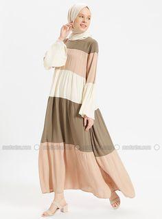 Street Hijab Fashion, Abaya Fashion, Muslim Fashion, Casual Hijab Outfit, Hijab Dress, Long Dress Fashion, Fashion Dresses, Gamis Simple, Long Dress Patterns