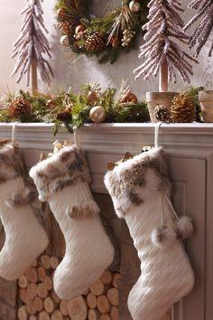 These knit stockings from Pier 1 Imports automatically make the room feel cozier! $35 // ¡Estos calcetines navideños tejidos de Pier 1 Imports harán que tu casa se vea automáticamente más acogedora! Precio: $35.