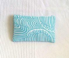 Porte monnaie en tissu japonais motif vague turquoise sur fond blanc, création Le monde de Lo