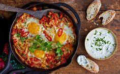 Tämä värikäs kasvis-munapannu on turkkilainen perinneruoka, joka taipuu niin aamupalaksi kuin päivälliseksi. Tarjoile mehevän pannuruoan lisäkkeenä leipää sekä maut yhteen kietovaa valkosipulijogurttia.