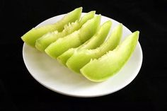 What does 200 calories look like for 35 foods? - Can you estimate calories by looking at food? Calorie Dense Foods, 200 Calorie Meals, No Calorie Snacks, Healthy Snacks, Healthy Breakfasts, Eat Healthy, Healthy Weight, Honeydew Smoothie, Honeydew And Cantaloupe