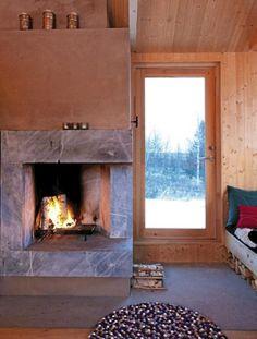 SAMSPILL: Som resten av hytta er den arkitekttegnete peisen enkel og renlinjet. Foto: Espen Grønli