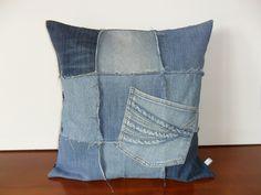 Housse de coussin jean recyclé, patchwork : Textiles et tapis par michka-feemainpassionnement