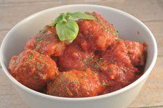 Heerlijke gekruide Italiaanse gehaktballetjes in tomatensaus. Lekker met een uitje, knoflook, peterselie en Italiaanse kruiden.