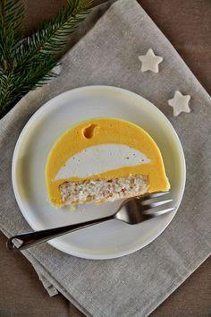 Bûche de Noël à la mousse de coco, mousse mangue-passion et dacquoise coco