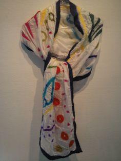 Hvidt silkesjal filtet med uld lagt i mønster.