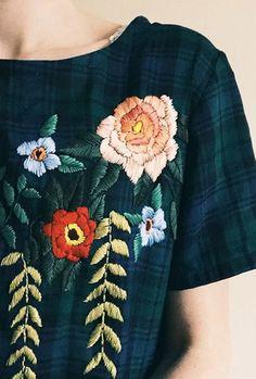 Stickerei auf Kleid. Blumenstickerei.
