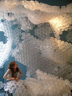 Creative wall design: installation with Plastic cups! Land Art, Collage Kunst, Instalation Art, Displays, Plastic Cups, Plastic Bottles, Stage Design, Recycled Art, Art Plastique