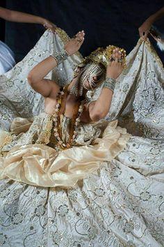 """filha-de-aguadoce: """"bukowskicopero: """" Lindo! """" Ora ye yeô minha mãe Oxum sua dança cheia de graça nos fascina,és a mãe que nos acalanta e nos enche de amor,divina. """""""