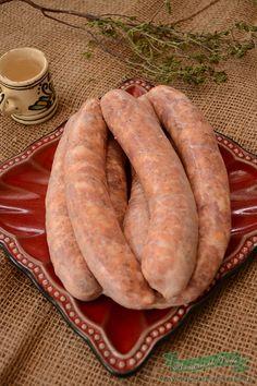 """De obicei carnatii de porc pregatiti in casa se fac in preajma sarbatorilor de iarna, cand tot romanul pregateste tot felul de """"porcarii""""pentru masa de sarbatori. Stiu ca acum nu mai sunt mare cautare aceste retete, totusi va prezint si voua aceasta reteta traditionala de carnati de porc ce o am de la socrul meu. Romanian Food, Romanian Recipes, Good Food, Yummy Food, Smoking Meat, Lunches And Dinners, Charcuterie, Main Dishes, Food Porn"""
