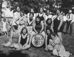 Mulheres com um barril de Buck Beer