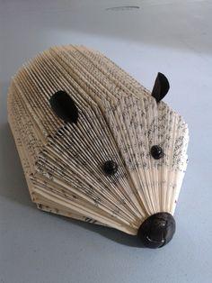 Ce petit hérisson est réalisé avec un vieux livre , pliez soigneusement le haut des pages une fois le pliage terminé coller le livre sur un support en carton ajouter les oreilles, les yeux et le nez.