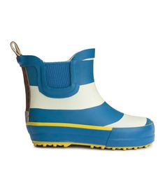 Half-height rubber boots with a printed pattern. Elastic side panels, fabric insoles and fabric lining. Rubber soles.