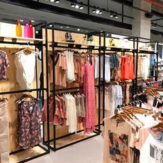 70 Ideas for clothes store design wholesale Boutique Interior, Clothing Store Design, Clothing Store Displays, Visual Merchandising, Decoration, Showroom, Closet, Shopping, Boutiques