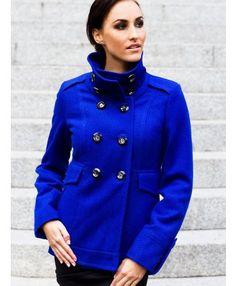 Płaszcz dwurzędowy wykonany z wysokogatunkowej wełny. Zapinany na duże ozdobne guziki. Wysoka stójka. Na podszewce. Idealny na chłodne dni.