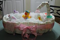How to Make a Diaper Cake. This baby bathtub diaper cake is a great baby shower gift idea! Diy Diapers, Baby Shower Diapers, Baby Shower Games, Baby Showers, The Babys, Unique Diaper Cakes, Diy Diaper Cake, Baby Toys, Diaper Cakes Tutorial