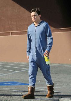 He must've been cold? Jesse McCartney steps out in Hollywood wearing a onesie and man Uggs -- see the picture! Jessie Mccartney, Thick Tights, Hijab Chic, In Hollywood, High Fashion, Fashion Women, Fashion Trends, Beautiful Men, Denim Button Up